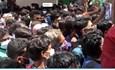 Phớt lờ giãn cách, hàng nghìn người Ấn Độ chen lấn mua thuốc điều trị COVID-19