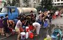"""Nhận nước sạch """"giải cứu"""", người dân Hà Nội lại chê nước """"quá bẩn"""""""