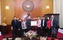 Gia đình cụ Hoàng Thị Minh Hồ trao tiền ủng hộ đồng bào vùng lũ và học sinh nghèo vượt khó