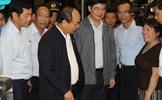 Thủ tướng lội nước vào phố cổ Hội An thăm người dân