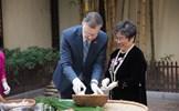 Đại sứ Mỹ tại Việt Nam gói bánh chưng đón Tết Mậu Tuất