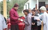 Đoàn phật tử kiều bào Anh tặng quà đồng bào nghèo miền Trung