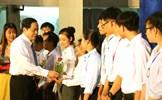 Chủ tịch Trần Thanh Mẫn trao học bổng cho sinh viên Trường Đại học Cần Thơ