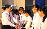 Chủ tịch Trần Thanh Mẫn trao học bổng cho sinh viên Đại học Y Dược Cần Thơ