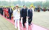 Đoàn đại biểu kiều bào dự Xuân Quê hương 2020 viếng Chủ tịch Hồ Chí Minh