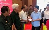 Phó Chủ tịch - Tổng Thư ký Hầu A Lềnh tặng quà người có công tại Lào Cai