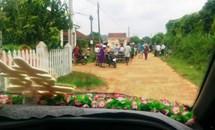 SỐC: Cán bộ thôn chặn xe rước dâu đòi nợ tiền xây dựng đường NTM