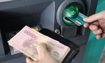 """4 ngân hàng tăng phí rút tiền ATM bị NHNN """"tuýt còi"""""""
