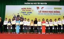 Nam A Bank và Hoa hậu H'Hen Niê trao học bổng tại Đak Lak