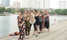 Người cao tuổi nâng cao sức khỏe với việc tập thể dục buổi sáng
