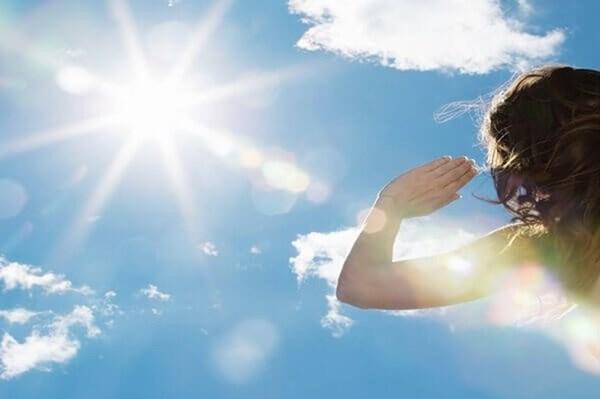 Hoa mắt chóng mặt vì nắng nóng, phải làm ngay các việc này
