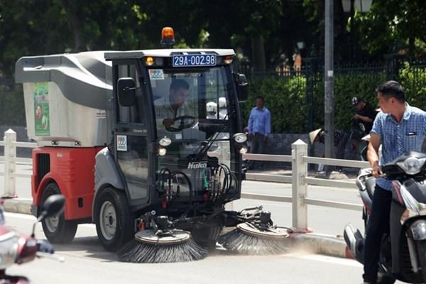 """Hà Nội chi bao nhiêu tiền để công nhân sang Đức """"học"""" lái xe hút rác?"""