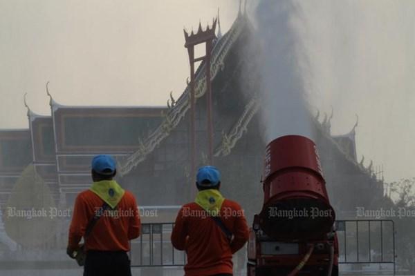 Các thành phố châu Á phun mưa, đặt máy lọc ngoài trời... để xử lý ô nhiễm